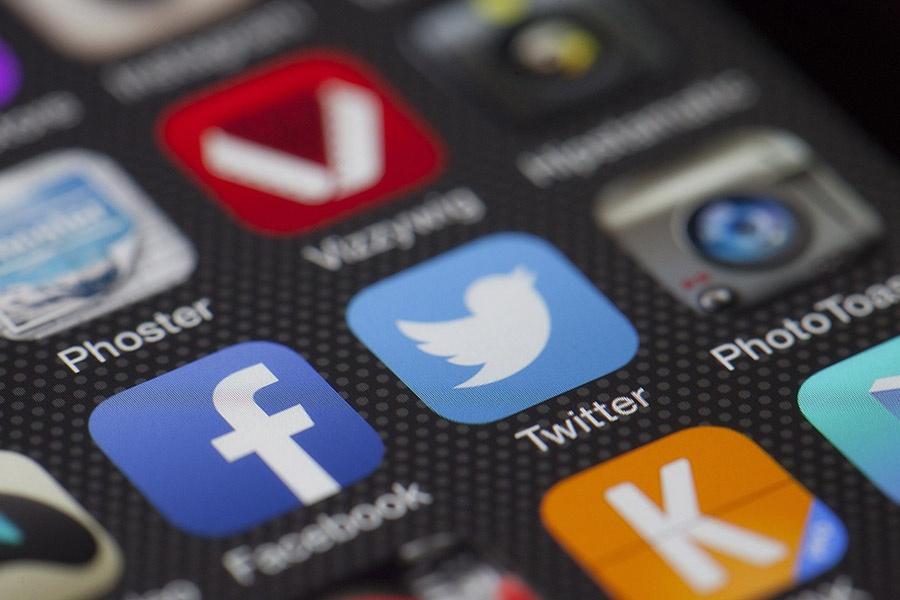 Omnikanal samler alle kanaler: sosiale medier, telefon, epost, chat mm. Alt fungerer sømløst sammen