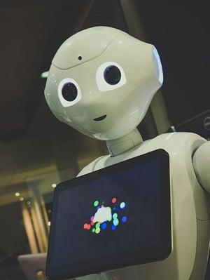 Pepper er en robot som er tatt i bruk av mange bedrifter allerede. AI kommer til å kunne assistere kunder på mange måter nå, og i fremtiden
