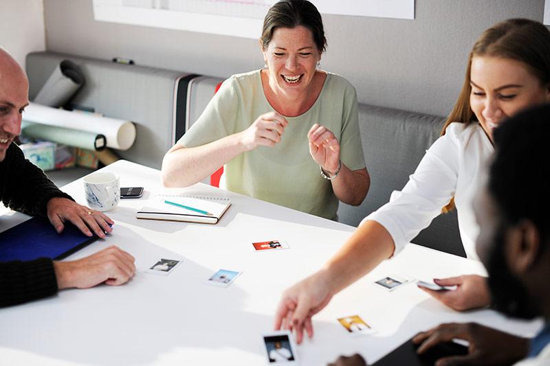 Ved å bruke en platform som yammer, facebook workplace, slack eller lignende vil man kunne jobbe mer effektivt