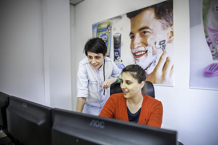 ved å bruke en ekstern kundeservicepartner kan man redusere belastningen på egne ansatte og sørge for stabil bemanning året rundt