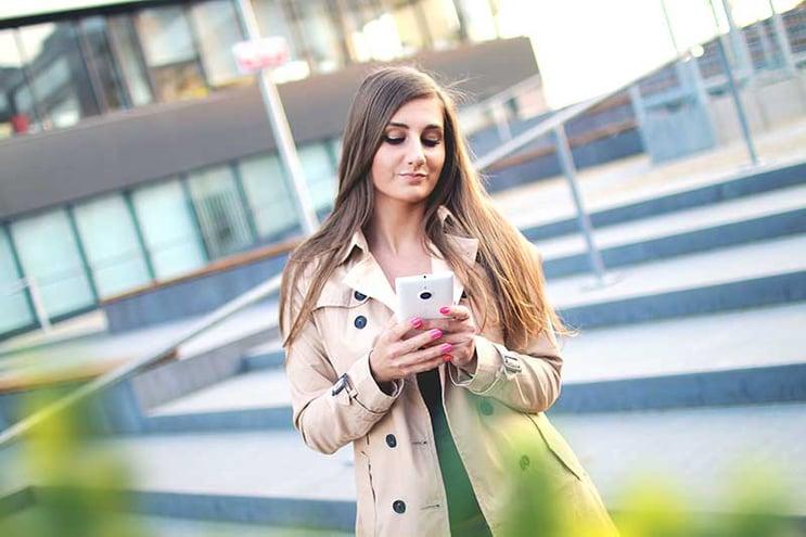 I kundekommunikasjon kan det være hensiktsmessig å benytte smileys og emojis
