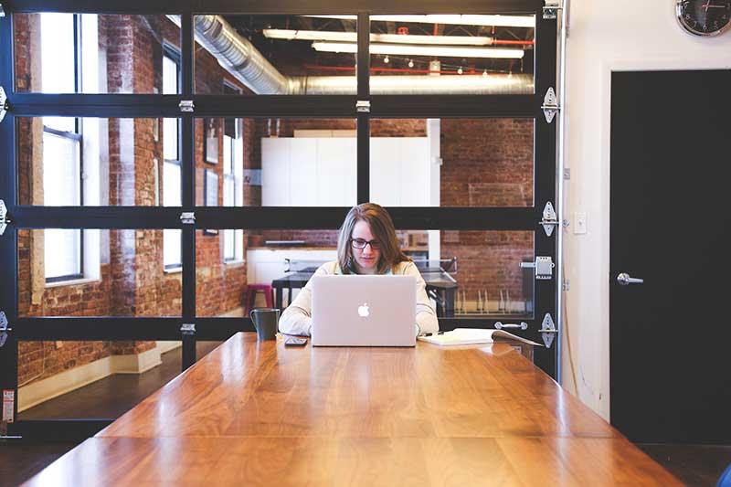 Introduksjon til bedriften er nødvendig for at nye ansatte skal føle seg til rette.