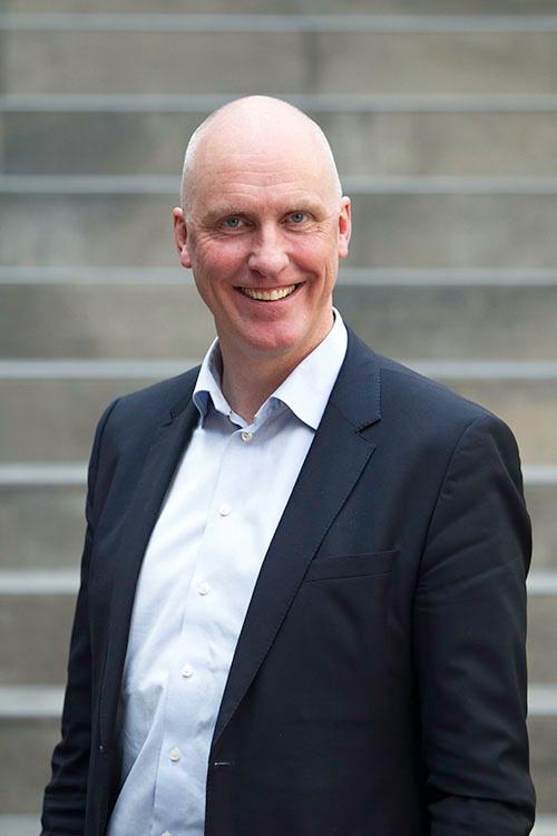 John-Arne er administrerende direktør i ProffCom. Han har over 25 års erfaring fra bransjen og brenner for at flere norske bedrifter skal tørre å samarbeide med en ekstern kundeservicepartner.