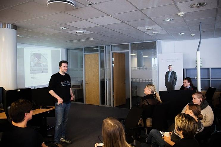 Anders Kemp i D2. På onsdag ble det arrangert DN-kickoff hos ProffCom i Tønsberg. Vi fikk besøk av en rekke personer med ulike funksjoner i Dagens Næringsliv, slik at våre kundeservice- og salgsteam for DN fikk et enda bedre innblikk i avisen.